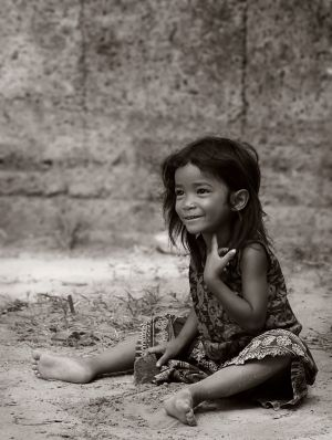 c17-Girl-at-Angkor2_BW.Jul.04.jpg
